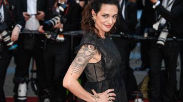 Den italienske skuespillerinde og instruktør Asia Argento har fortalt The New Yorker, at Weinstein har forgrebet sig på hende. I Italien bliver hun nu kritiseret for ikke at have brugt sin relativt privilegerede position som datter af en berømt skrækfilminstruktør til langt tidligere at advare andre kvinder mod Weinstein.