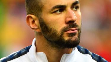 Uheldigvis for Karim Benzema lyttede politiet med, da han sludrede med en af sine anløbne, gamle venner fra Marseille. Samtalen handlede om landsholdskollegaen Mathieu Valbuena og en sexoptagelse på video. 'Benz' ville gerne agere mellemmand. 'Bare lad mig tale med Mathieu,' som han sagde.