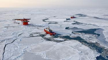 Russiske Lukoil i gang med at lede efter olie og gas i arktisk. For første gang i 20 år åbnes der nu for nye olieboringer i den norske del af Arktis. Tilladelserne er givet til Statoil, som den norske stat ejer 67 procent af, samt til bl.a. amerikanske Chevron og ConocoPhillips, russiske Lukoil, japanske Idemitsu og svenske Lundin Petroleum.