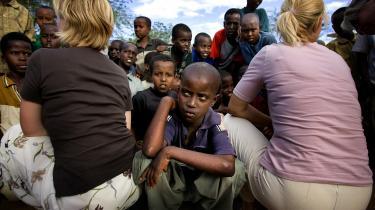 Ulla Tørnæs (t.h.) iflygtningelejren Hagader i Kenya i 2006 under sin første periode som udviklingsminister. Til venstre ses daværende integrationsministerRikke Hvilshøj (V).  Udviklingsministeren ønsker ikke at sige, hvad hun mener om skattely i sagen, men tilføjer: »Jeg har dog bedt IFU om en redegørelse i den konkrete sag og vil naturligvis følge op, hvis der er behov for det.«