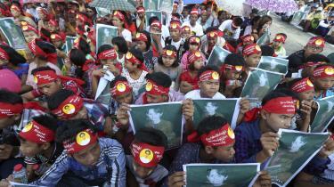 I årtier har Aung San Suu Kyi været en levende personifikation af Mayanmars demokratiske forhåbninger, både i indland og udland. Den 72-årige kvinde kan stadig sole sig i en beundring uden sidestykke. Personangrebene fra udlandet har ført til, at der rundt omkring i landet afholdes store støttemøder, hvor menneskemængder jublende råber hendes navn.