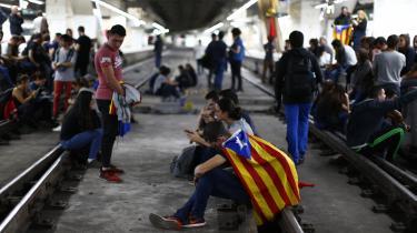Aktivister blokerer en jernbane i Catalonien under en generalstrejke onsdag.
