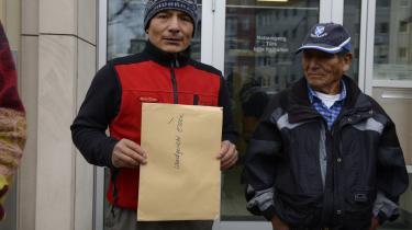 Bjergbonden Saúl Luciano Lliuya fra Peru står sammen med sin far for at indgive en klage mod den tyske energigant RWE i Essen for knap to år siden.