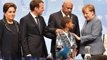 Tysklands kansler Angela Merkel og den franske præsident Emmanuel Macron ankom onsdag til COP23 i Bonn. De to lande er afgørende for at skabe en modpol til de mere klimaskeptiske toner fra USA. Men verdens udledning – og også Tysklands – stiger. Her taler de to europæiske ledere med værtsfolk fra Fiji: premierminister og COP-formand Frank Bainimarama og en dreng fra østaten, Timoci Naulusala.