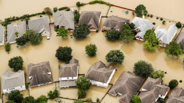 Det var kun to måneder siden, at orkanen Harvey havde sendt en syndflod af bibelske dimensioner ned over Houstons seks millioner indbyggere. Floder og reservoirer gik over deres bredder. Efter tre dages uafbrudt skybrud var en tredjedel af storbyens areal oversvømmet og 200.000 boliger beskadiget.
