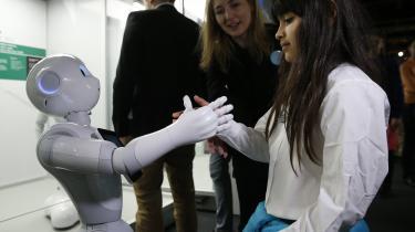 Menneskelignende robotter er blevet billedet på fremtiden. Og robotterne kommer, ingen tvivl om det. Men der kommer til at gå rigtig mange år, før de er fleksible nok til at kunne konkurrere med mennesker, skriver dagens kronikør, der forsker i kunstig intelligens ved Københavns Universitet.
