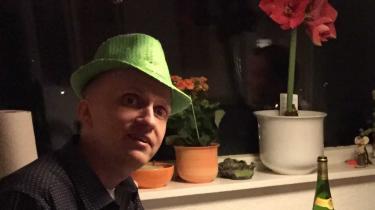 Stefan Hindsberger blev som gymnasieelev ramt af en kræftsvulst i hjernen. Men han klarede sin studentereksamen, uddannede sig til lektor i spansk og forelskede sig i universitetsbyen Salamanca