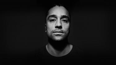 Med albummet 'Blå' markerer Marwan sig som en særegen skikkelse i det danske hiphop-landskab.
