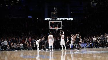 I 2014 skete miraklet i amerikansk basketball, som aldrig kunne ske i europæisk fodbold: Megastjernen LeBron James vendte tilbage til sin hjemstavn for at spille for upåagtede Cleveland Cavaliers. Historien viser, hvordan konkurrencekulturens vindere i højere grad i Europa end i USA dikterer det frie marked. I USA er sportens økonomi nemlig et crash course i leninisme, fordi indtægter bliver distribueret ligeligt ud til statslige organisationer og lokale klubber.