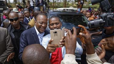 Kun omkring 37 procent af vælgerne stemte ved omvalget i Kenya. Uhuru Kenyatta vandt endnu fem år som præsident. Her ses han på valgdagen.