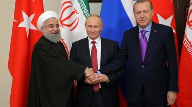 Irans præsident, Hassan Rouhani (tv.), Ruslands Putin (i midten) og Tyrkiets Erdogan trykkede forleden hænder i den russiske by Sotji.
