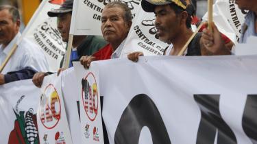 Tilbage i august protesterede mexicanske landmænd mod en genforhandling af den nordamerikanske frihandelsaftale, NAFTA, og krævede den skrottet. Også blandt amerikanerne mener kun 46 procent, at NAFTA har stillet dem bedre, end de ville have været uden aftalen – men ifølge dagens kronikør vil det koste lønmodtagerne dyrt, hvis aftalen annulleres.