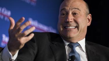 Trumps førende økonomiske rådgiver, Gary Cohn fra investeringsbanken Goldman Sachs, har udtalt sig skråsikkert om, at skattereformen vil avle masser af vækst. Men for en uge siden kom han galt afsted, da han under et møde med finansfolk fra Wall Street bad de tilstedeværende om at række hånden op, hvis de påtænkte nyinvesteringer som følge af reformen. Kun få reagerede. »Hvorfor rækker flere ikke hånden op,« mumlede Cohn for rullende tv-kameraer.