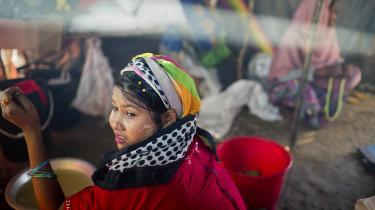 Mens flygtningekrisen i Myanmar eskalerer i omfang, dukker der oplysninger frem om et dårligt fungerende FN kontor i Myanmar. Kontoret har i en årrække forsøgt at give mundkurv på kritikere af regeringens behandling af det undertrykte mindretal. Det viser en undersøgelse af BBC