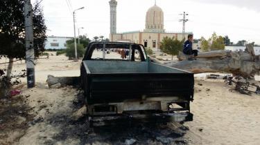Sinai har de seneste mange år været i permanent undtagelsestilstand og er hermetisk lukket land for såvel udenlandske som lokale journalister. På billedet ses en nedbrændt bil ved Al-Rawda moskéen i Bir al-Abd i Sinai dagen efter det seneste drabelige angreb.