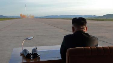 Den 16. september i år – i forbindelse med, at Nordkorea gennemførte sin sjette atomtest – udsendte det officielle nordkoreanske nyhedsbureau dette billede af deres leder Kim Jong-un, som tilser opsendelsen af et Hwasong-missil.