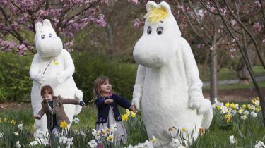 De fleste kender nok Tove Janssons Mumitrolde.Jansons syntese af det smukke og det mørke blev samlet i Mumi-dalens univers, der ligesom som den finske nation selv er bolig for både stolthed og melankoli. Her møder britiske børnMumitroldene vedudstillingen 'Adventures in Moominland'.
