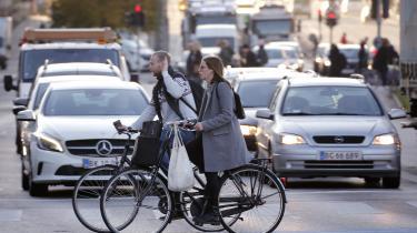 Er der ikke også en åbenlys sammenhæng mellem mere motion i hverdagen, når man lader bilen stå og tager cyklen i stedet for, og forebyggelsen af kræft? Ud over en reduktion af CO2-udledningen vil færre biler på vejene også gøre luften renere, hvilket har en væsentlig betydning for antallet af kræftramte, da luftforurening øger risikoen for kræft, spørger Rasmus Willig i dagens omstillingskommentar.