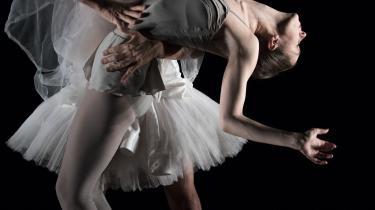 Sløret er det bærende symbol i Pernille Gardes hjertevarme forestilling 'Sorella' om balletdanseren Sorella Englund. Her er det solodanseren Susanne Grinder i armene på Bo Madvig.