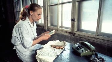 I tidlige film som Pigen fra tændstikfabrikken (1991)kredserAki Kaurismäki om eviggyldige emner som kærlighed, ensomhed, fællesskab og medmenneskelighed.