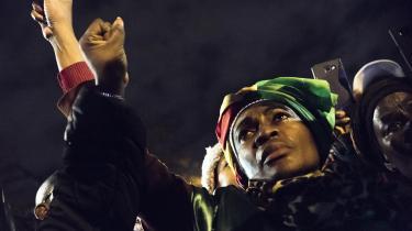 CNN's billeder af libyske immigranter, der bliver solgt som slaver, førte til demonstrationer flere steder i verden, her foran den libyske ambassade i Paris.