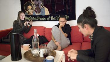 Inden Støjberg i september godkendte Exitcirklens ansøgning satspuljemidler, skrev de tre borgerlige integrationsordførere, Martin Henriksen (DF), Marcus Knuth (V) og Naser Khader (K), en mail til SF, R og Alternativets ordførere, hvor de rettede nogle meget alvorlige beskyldninger mod de to kvinder bag Exitcirklen, der blev beskyldt for at gå ind for straf med piskeslag efter muslimsk sharia og for at forsvare den fundamentalistiske gruppe Hizb ut-Tahrir.