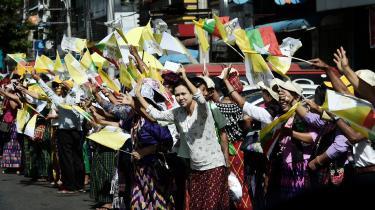 Først i år har Myanmar og Vatikanet etableret diplomatiske forbindelser. Og diplomatisk var pave Frans under sit besøg i Myanmar, hvor han undlod at nævne rohingyaerne direkte. Her hyldes han på vej til lufthavnen.