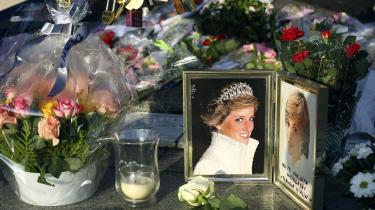 Blomster til minde om Prinsesse Diana over Pont de l'Alma tunnellen i Paris. Med internettet har vi fået et medie, der ikke bare giver os endnu bedre mulighed for at sørge over mennesker, vi ikke kendte, men også om offentligt og interaktivt at mindes helt almindelige mennesker.