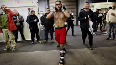 Kampsporten Mixed Martial Art, MMA, oplever en støt stigende interesse. Information fulgte 16-årige Mahdi kæmpe med slag og spark til det første junior-DM i sportsgrenen, Justitsministeriet kalder 'ekstrem'