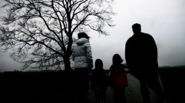 »Forskning viser, at familiens stressniveau forhøjes ganske betragteligt, og at risikoen for omsorgssvigt deraf forhøjes, når forældre presses økonomisk. Det burde ikke undre, men alligevel snes betragningen fjern fra den nuværende lovgivning,« skriver dagens kronikører.