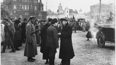 Mens konservtive og socialdemokrater så staten som en vej til magt og frihed, vendte Lenin – her i samtale med moskovitter på Den Røde Plads i 1920 – det hele på hovedet. Han så staten som ufrihed; som et redskab, der undertryjte masserne, derfor skulle den nedbrydes.
