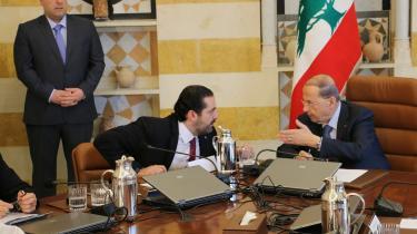 Libanons premierminister Saad Hariri (i midten) og præsident Michael Aoun (t.h.) under et kabinetsmøde i præsidentpaladset tirsdag. Aoun meddelte i går, at Harari alligevel ikke træder tilbage.