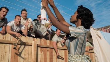 'Suburbicon' nuancerer forestillingen om de frisindede amerikanske nordstater og de idylliske 1950'ere. Der var masser af snæversyn og racisme også i nordstaterne. Men det er desværre kun en bihistorie i filmen.