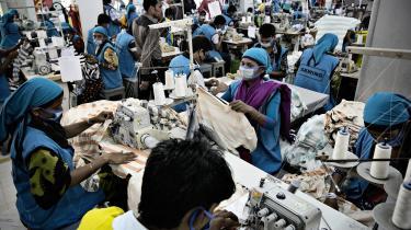 Clean Clothes Campaign Denmark fik i 2013, efter sammenstyrtningen af tekstilfabrikken Rana Plaza i Bangladesh, to mio. kroner i støtte fra Udenrigsministeriet. Nu er ngo'ens sekretariatschef, som også er sekretariatschef for ngo'en Aktive Forbrugere, politianmeldt. På billedet ses en tekstilfabrik i udkanten af Dahka i Bangladesh