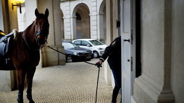 Med genindførelsen af det ridende politi i København er en drøm blevet til virkelighed for DF's Peter Kofod Poulsen. Politihestene skal sættes ind mod demonstranter og fodboldbøller, mener han. Men spørgsmålet er, om pengene rækker til meget andet end parader med dronningen