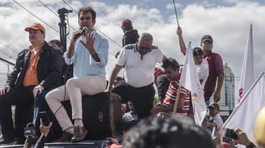 Salvador Nasralla taler ved en demonstration imod den siddende regering. 'De (præsidentens folk, red.) har købt stemmerne af dem, der administrerer stemmeboksene,' lyder det fra oppositionslederen