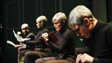 Alle optræder i brunt iført Halfdan-briller i Nørrebro Teaters teaterkoncert over Halfdan Rasmussens 'Tosserier'.