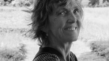 'Vejen går gennem luften' er et frigørelsesprojekt. Inge Pedersens unge kvinde sætter sig fri gennem litteraturen og skrivningen.