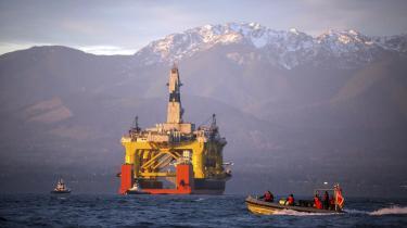 'I takt med at isen forsvinder, bliver Arktis nu hastigt mere genkendeligt som et grænseland, hvor det er nemmere at bore efter olie og drive miner – alt sammen som konsekvens af den økonomiske model, vi har eksporteret til alle hjørner af verden, og som nu får isen til at forsvinde,' siger Naomi Klein.