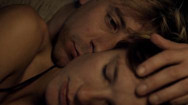 Rasmus (Anders Juul) falder for Marie (Amanda Collin) og må se sit liv vendt på hovedet i Christian Tafdrups nye film, 'En frygtelig kvinde'.