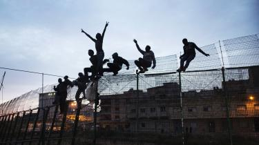 Andy Serge på 26 år forsøgte flere gange at krydse hegnet mellem Marokko og Spanien for at komme til EU. »Den første gang, jeg forsøgte at krydse hegnet, blev jeg bidt i skulderen af en hund. Den anden gang blev jeg bidt i benet,« fortæller han.