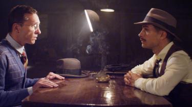 'Neruda', chilenske Pablo Larraíns film om landsmanden og digteren Pablo Neruda ligner på billedsiden et let afbleget minde fra en ferie i 1970'erne, de let falmede farver, der får én til at længes efter en svunden tid – eller efter drømmen om et Chile, der aldrig har eksisteret.