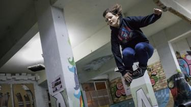 I en skatehal i Varna forsøger en gruppe frivillige at give unge tro på tilværelsen. Det er et af de få steder, hvor unge kan bruge deres aftener. Assia Zaharieva håber, at hun kan holde fast på nogle af dem, der ellers ville forlade byen.