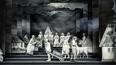 Andreas Jebros iltre og visionære Erasmus Montanus ankom til denne papverden af mistroiskhed og stagnation i Christian Lollikes geniale Holberg-fortolkning på Aarhus Teater.