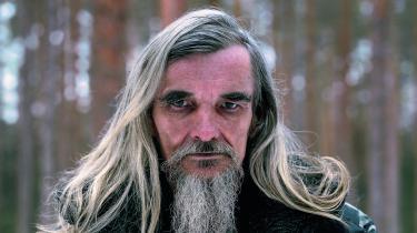 Dmitriev bliver kaldt en levende legende. En enmandshær, der gennemtrawler først arkiverne og siden skovene for at finde resterne af de myrdede fra Stalins udrensninger – for til sidst at rejse mindesmærker. I Putins Rusland kan den slags arbejde være kontroversielt.