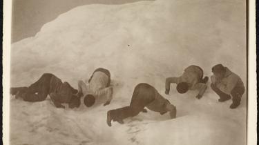 'Tåbelige Grønlændere der drikker Vand af Vandpytterne på et Isfjeld,' står der på bagsiden af fotografiet.