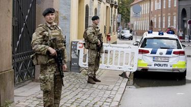 For 82 dage siden blev soldater indsat ved grænsen i Sønderjylland og Københavns gader, men først nu er udkastet til et klart lovgrundlag klar. I 13. time, lyder det fra professor