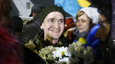 En ukrainsk fange, der er blevet løsladt af de prorussiske separatister, omfavner sine pårørende i Kiev Lufthavn den 28. december.