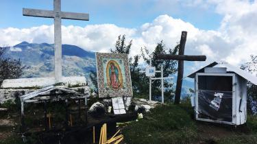 Inden man deltager i en ceremoni med Den blinde dame, må man op på toppen af det hellige bjerg lige uden for Huautlafor at ofre til bjergets ånd Chikon.