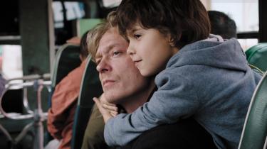 'Hjertestart' følger Kjetil (Kristoffer Joner), som efter sin kones pludselige død kæmper med sorgen og rollen som far til deresseksårige adoptivsøn Daniel (Kristoffer Bech).